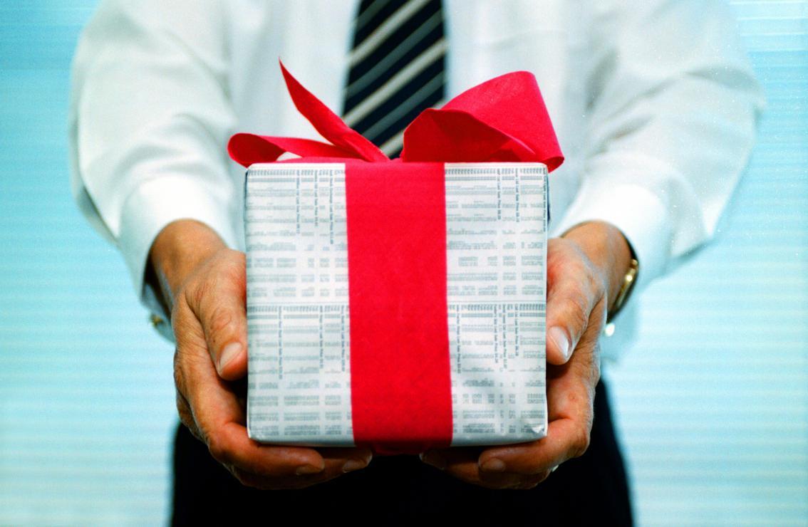 Подарок госслужащему не должен превышать 381